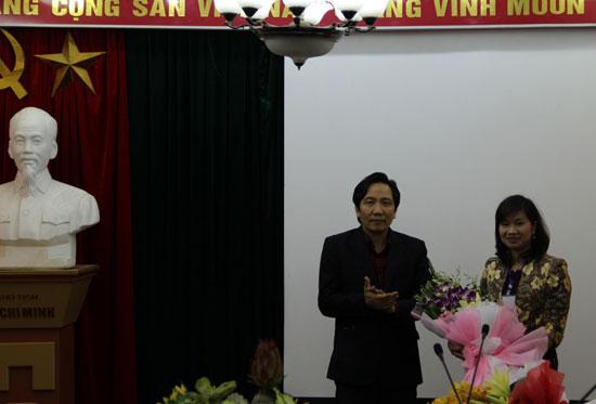 TS. Trần Anh Tuấn tặng hoa chúc mừng PGS.TS. Nguyễn Thị Thu Vân