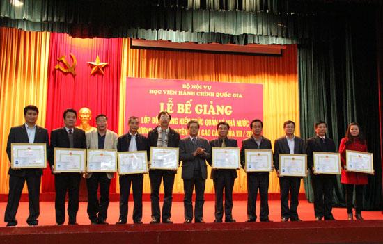3.PGS.TS. Lưu Kiếm Thanh trao Giấy khen của Giám đốc Học viện cho các học viên đạt thành tích cao trong khoá học