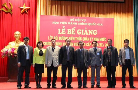 5.PGS.TS. Lưu Kiếm Thanh và các cán bộ quản lý khoá học chụp ảnh lưu niệm với ban cán sự lớp