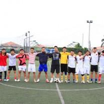 Các cầu thủ KH12QLC3 (áo trắng) gặp đối thủ