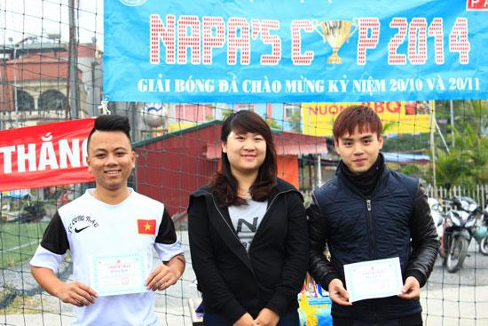 Đồng chí Lưu Hải Anh – Phó Chủ tịch Hội Sinh viên trao Giấy chứng nhận cho Ban Tổ chức giải