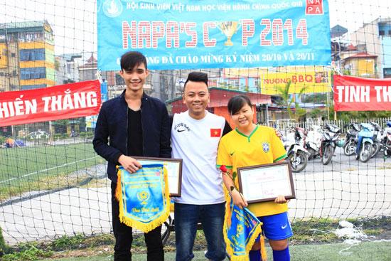 Đồng chí Hồ Đức Quân trao giải Vua phá lưới cho 2 cầu thủ xuất sắc
