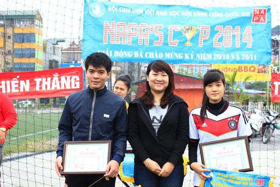 Đồng chí Lưu Hải Anh trao giải Tư cho 2 đội KH12HCH1 và KH13CSC