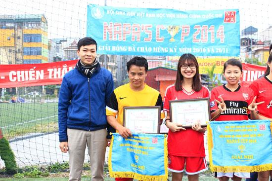 Đồng chí Trần Văn Tiến - Ủy viên Ban Chấp hành, Trưởng Ban Phong trào Đoàn Thanh niên trao giải Nhì cho 2 đội KH12KT và KH13HCH2