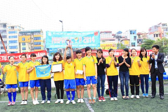 Đồng chí Lương Văn Liệu – Phó Bí thư Đoàn Thanh niên trao giải Nhất cho đội nữ KH13QLC