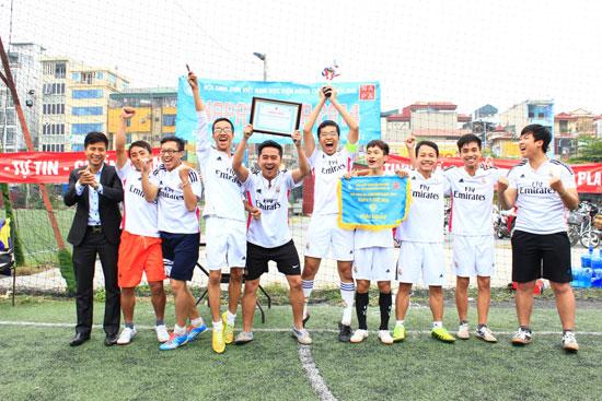 Đồng chí Lương Văn Liệu trao giải Nhất cho đội nam KH14A2