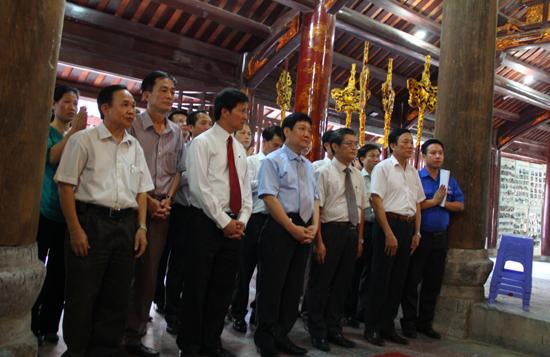 3. Doan dang huong tai dinh lang Phu Luu