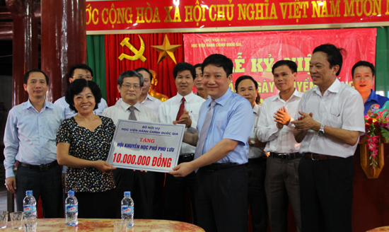 7. TS. Le Nhu Thanh thay mat Hoc vien trao tang 10 tr cho Quy hoc bong cua khu pho
