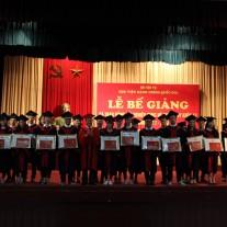 TS. Lê Như Thanh - Phó Giám đốc Thường trực Học viện trao giấy khen và bằng tốt nghiệp cho các tân cử nhân