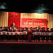 PGS.TS. Lê Thị Vân Hạnh - Phó Giám đốc Học viện trao giấy khen và bằng tốt nghiệp cho các tân cử nhân.