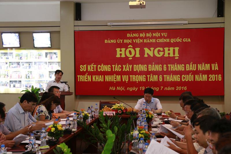 Đồng chí Hoàng Quang Đạt – Phó Bí thư  Đảng ủy báo cáo công tác 6 tháng đầu năm và triển khai nhiệm vụ trọng tâm 6 tháng cuối năm 2016 của Đảng ủy Học viện