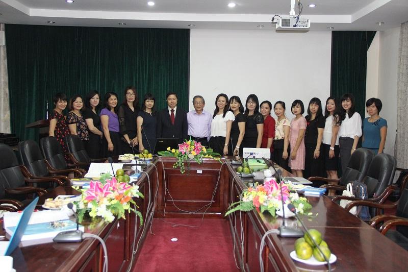 GS.TS. Nguyễn Minh Thuyết cùng tập thể cán bộ, giảng viên Khoa Văn bản và Công nghệ Hành chính
