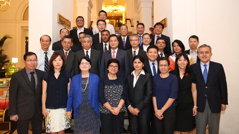 Các đại biểu dự cuộc họp Ban điều hành Hội nghị chụp ảnh lưu niệm