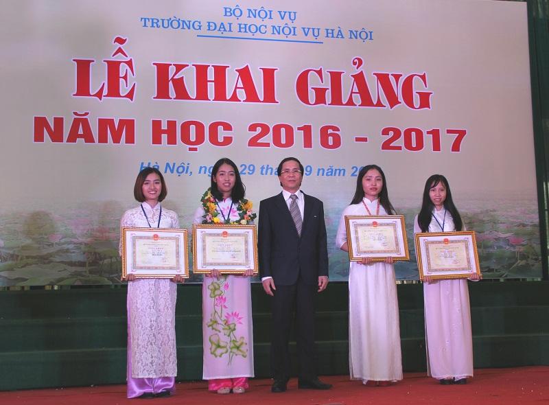 NGƯT. PGS.TS. Triệu Văn Cường - Thứ trưởng Bộ Nội vụ, Hiệu trưởng nhà Trường trao Giấy khen và phần thưởng cho sinh viên đỗ thủ khoa năm 2016 và các sinh viên đạt danh hiệu sinh viên xuất sắc năm học 2015-2016