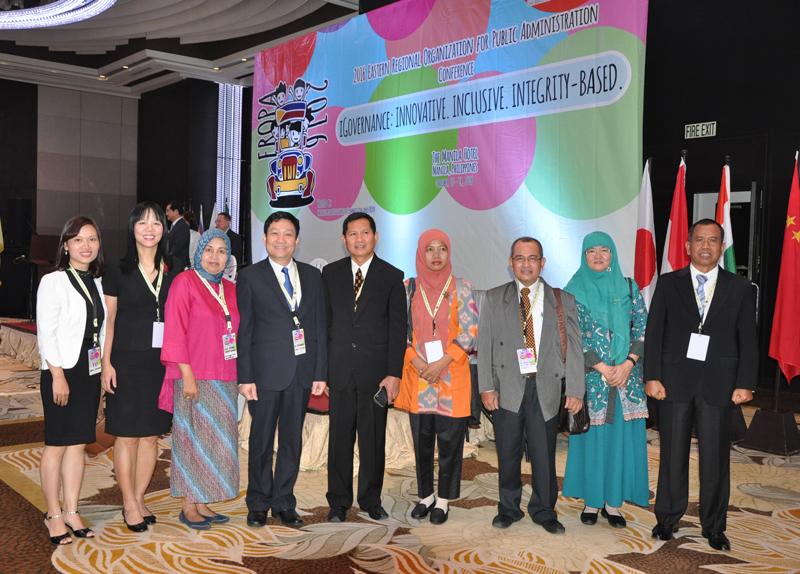 Đoàn Học viện Hành chính Quốc gia chụp ảnh lưu niệm với các đoàn tham dự Hội nghị