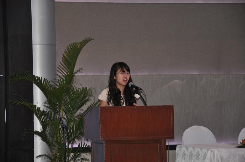 ThS. Trần Thị Thanh Nga, giảng viên Khoa Hành chính học trình bày tham luận tại Hội nghị