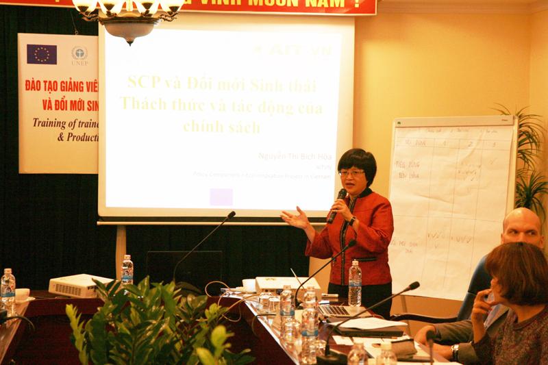 Bà Phạm Thị Bích Hoa Phó Giám đốc AIT giảng bài