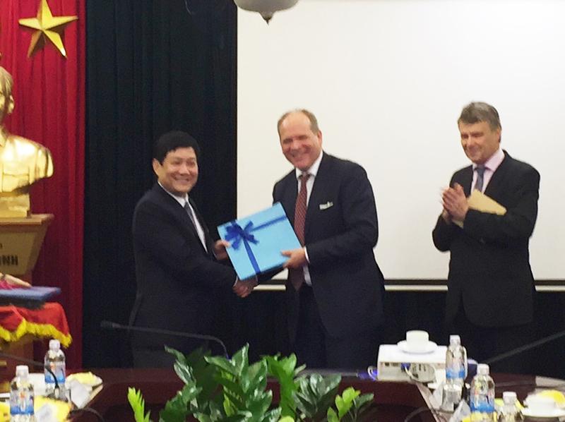 TS. Lê Như Thanh, Phó GĐ Thường trực Học viện tặng quà lưu niệm cho đoàn