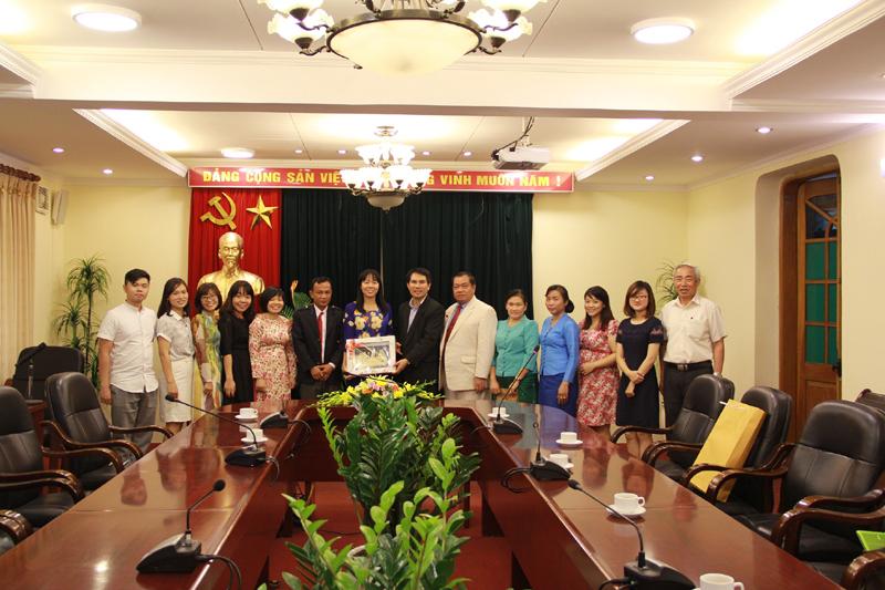 Đoàn học viên Lào chụp ảnh lưu niệm với Ban Hợp tác Quốc tế