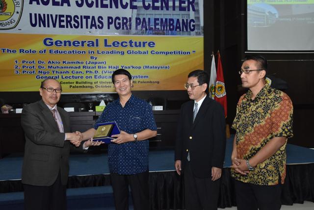 PGS.TS Ngô Thành Can nhận kỷ niệm chương của Hội thảo