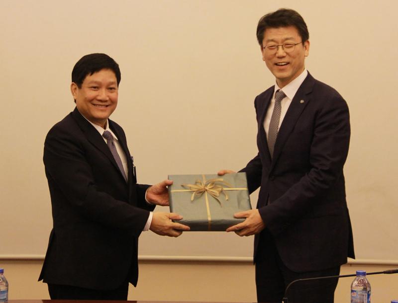 TS. Lê Như Thanh, Phó Giám đốc Thường trực Học viện  trao tặng phẩm cho Giám đốc KIPA