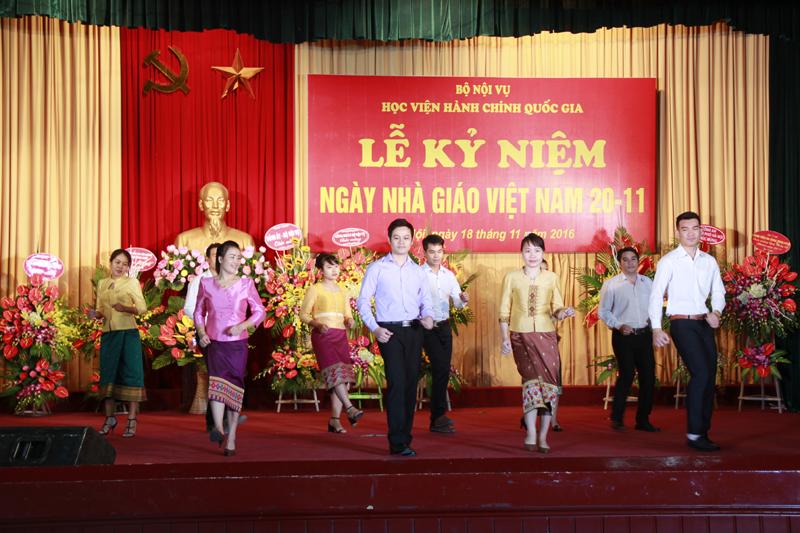 Lưu học sinh Lào biểu diễn văn nghệ chào mừng ngày 20/11