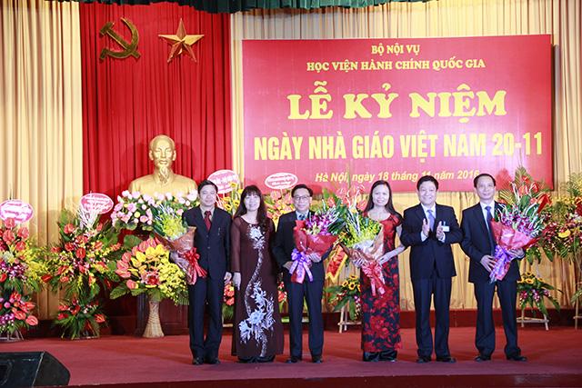 TS. Lê Như Thanh, PGS.TS Lê Thị Vân Hạnh tặng hoa các tân Phó Giáo sư của Học viện