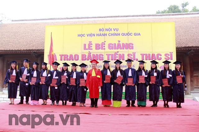 NGƯT.PGS.TS. Triệu Văn Cường trao bằng và chụp ảnh lưu niệm cùng các Tân Thạc sĩ