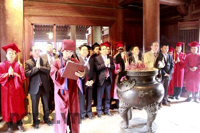 Lãnh đạo Học viện, các vị đại biểu cùng các Tân Tiến sĩ, Tân Thạc sĩ dâng hương tại Văn Miếu