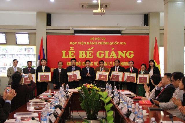 TS. Lê Như Thanh – Phó Giám đốc Thường trực Học viện trao chứng chỉ và trao Quyết định khen thưởng cho các học viên