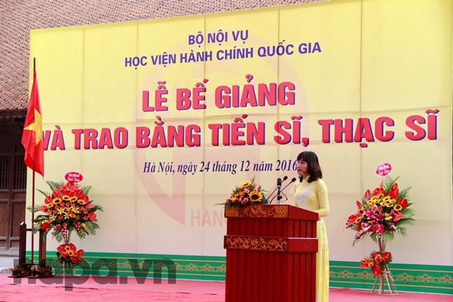 TS. Hoàng Mai – Phó Trưởng Khoa Sau Đại học trình bày lý lịch của các Tân Tiến sĩ