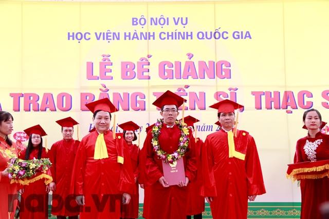NGƯT.PGS.TS. Triệu Văn Cường và TS. Lê Như Thanh trao bằng cho các Tân Tiến sĩ