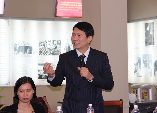 PGS.TS. Ngô Thành Can - Phó Trưởng Khoa Tổ chức và Quản lý nhân sự trao đổi ý kiến