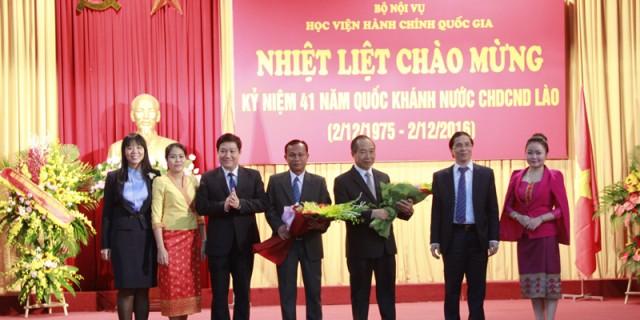 Lãnh đạo Học viện gửi tặng những bó hoa tươi thắm nhân ngày Quốc khánh