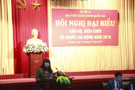 PGS.TS Lê Thị Vân Hạnh - Phó Giám đốc Học viện trình bay báo cáo tổng kết năm 2016 và phương hướng phấn đấu năm 2017