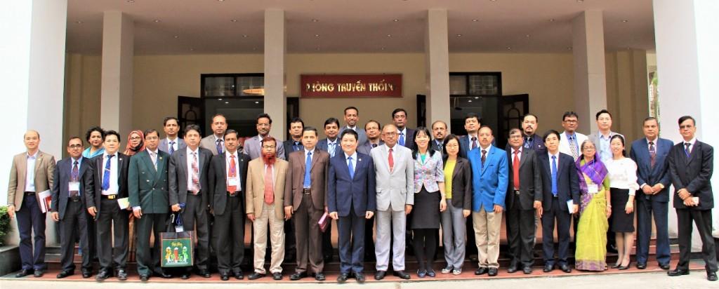 Học viên chụp ảnh lưu niệm với lãnh đạo Học viện và đại diện ĐSQ Băng-la-đét tại Việt Nam