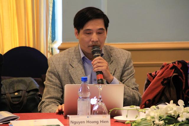 TS. Nguyễn Hoàng Hiển trình bay ý kiến tham luận