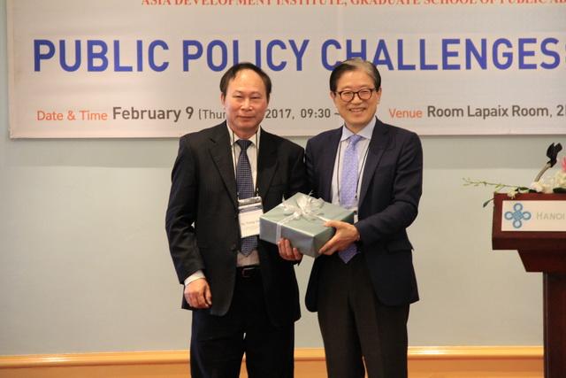 PGS.TS. Vũ Trọng Hách trao quà lưu niệm cho GS.TS. Choi Jong-won
