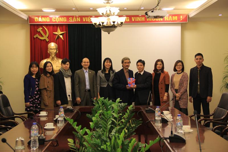 Đại diện Đại học Nội vụ trao tặng sách Học viện