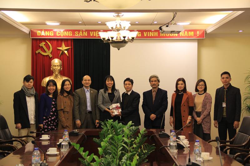 Đại diện Học viện Hành chính Quốc gia trao tặng sách Đại học Nội vụ