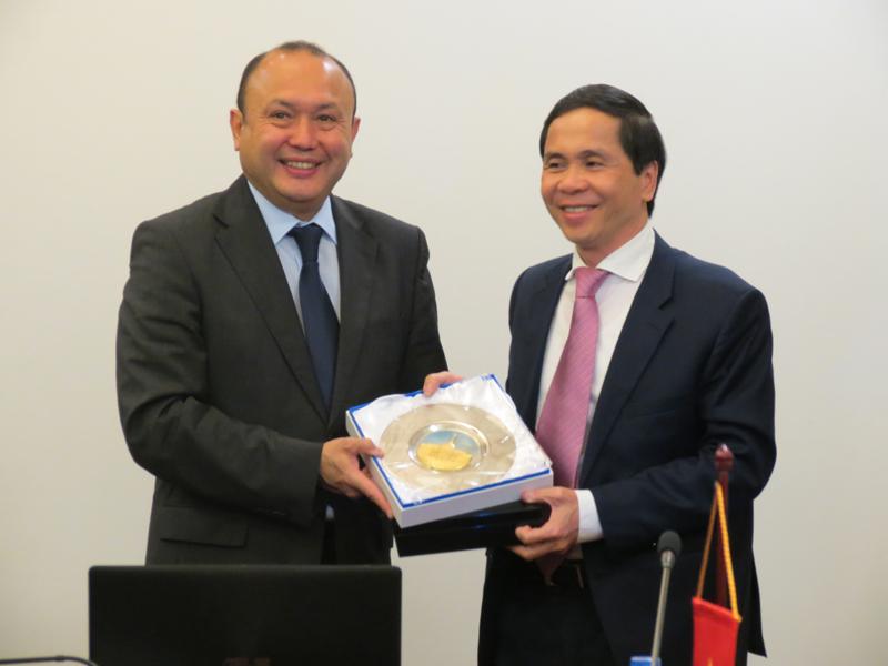 Ngài Bê-két-gian Du-ma-kha-nốp, Đại sứ Đặc mệnh toàn quyền Cộng hòa Ca-dắc-xtan tại Việt Nam trao tặng phẩm cho PGS.TS Triệu Văn Cường