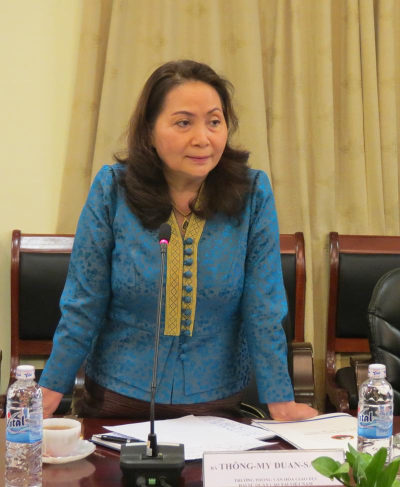 Bà Thông-my Đuông-sắc-đa, đại diện Đại sứ quán Lào tại Việt Nam phát biểu