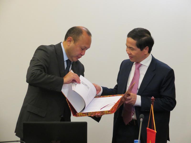 Ngài Bê-két-gian Du-ma-kha-nốp, Đại sứ Đặc mệnh toàn quyền Cộng hòa Ca-dắc-xtan tại Việt Nam giới thiệu sách về đất nước và con người Cộng hòa Ca-dắc-xtan
