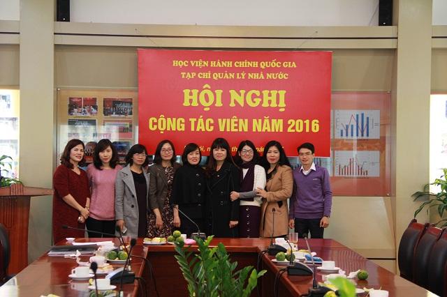 Các đại biểu và cán bộ, biên tập viên Tạp chí QLNN