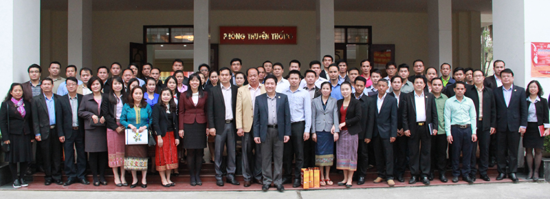 Lãnh đạo Học viện và Đoàn cán bộ Ban Tổ chức TW Lào chụp ảnh lưu niệm với lưu học sinh Lào tại Học viện