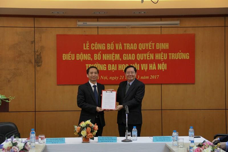 Bộ trưởng Lê Vĩnh Tân trao quyết định điều động, bổ nhiệm cho PGS.TS. Nguyễn Bá Chiến