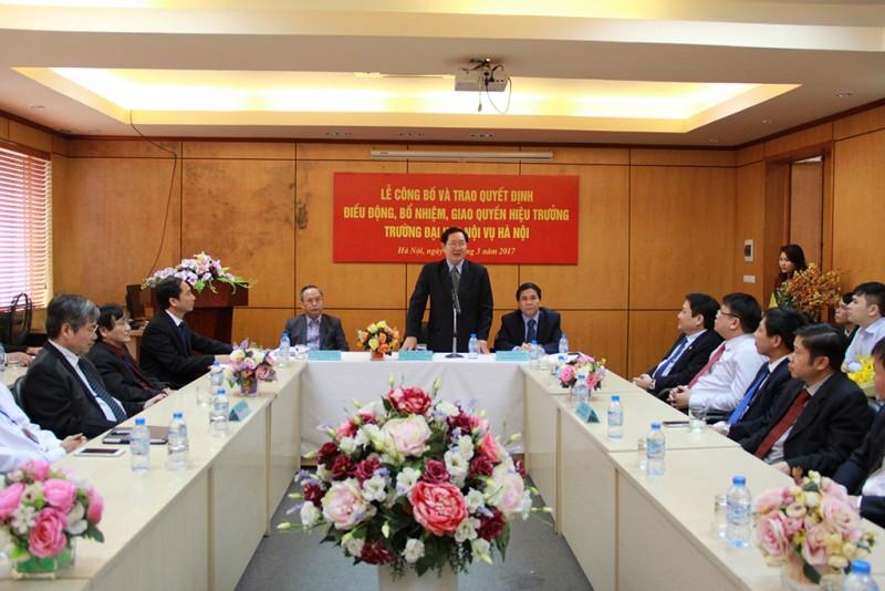 Đồng chí Lê Vĩnh Tân – Bộ trưởng Bộ Nội v ụ phát biểu chúc mừng và giao nhiệm vụ cho PGS.TS. Nguyễn Bá Chiến