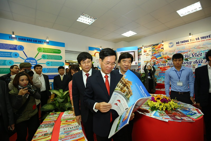 Đồng chí Võ Văn Thưởng - Ủy viên Bộ Chính trị, Trưởng Ban Tuyên giáo Trung ương tham quan gian trung bày báo chí