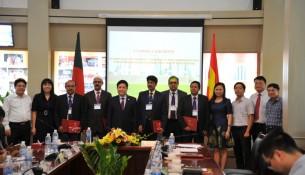 TS. Lê Như Thanh, Phó Giám đốc thường trực Học viện Hành chính quốc gia trao chứng chỉ hoàn thành khóa học cho các học viên Băng-la-đét