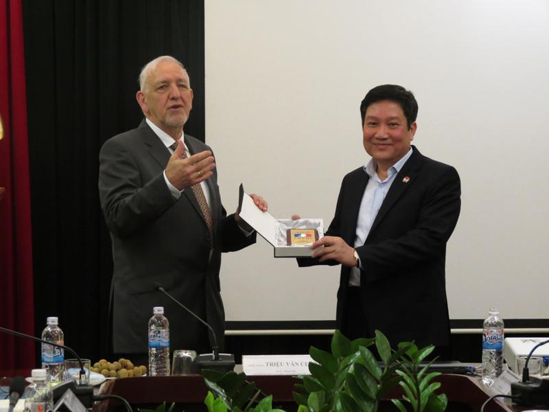Ông Oliver Laurens – Bernard trao tặng phẩm lưu niệm của CHEMI cho lãnh đạo Học viện
